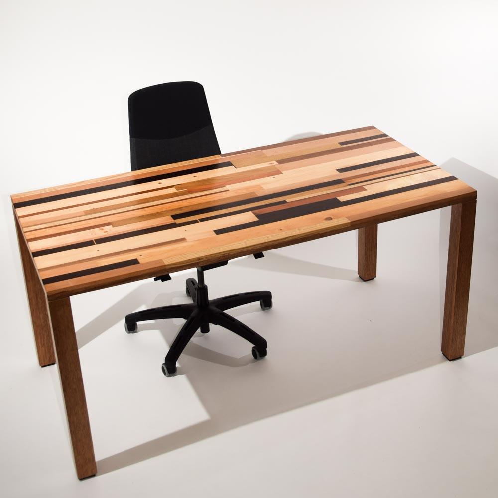 Tafel van hergebruikt en nieuw hout