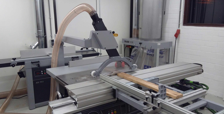 zaagmachine in de meubelmakerij MO&U